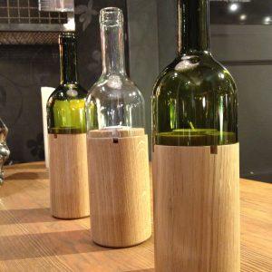 Weinlicht  Eiche geölt – Glas in klar oder moosgrün Ja, oben besteht das WeinWindlicht tatsächlich aus einer echten Weinflasche. Das untere Stück ist ebenfalls einer Flasche nachempfunden und zusammen ergibt das ein stimmungsvolles Windlicht. Sie erhalten es schön und sicher verpackt im Geschenkkarton.